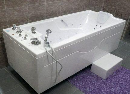 Прямая ванна у стены