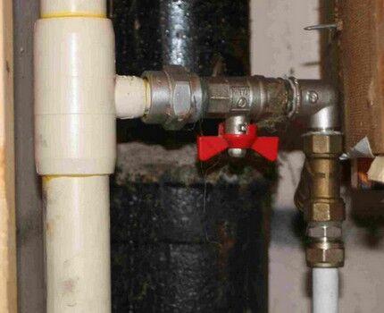 Запорный кран на трубе