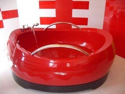 Чаша красного цвета для контрастного интерьера