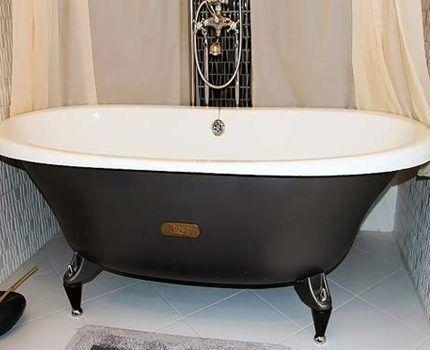 Овальная ванна в тесной комнате