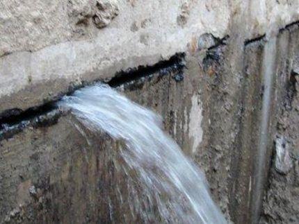 Активные протечки через швы бетонной конструкции
