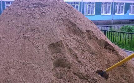 Песок потребуется для отсыпки септика из покрышек