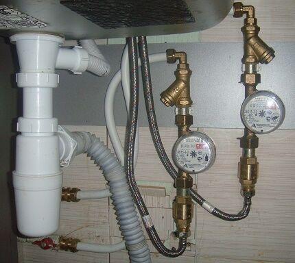 Использование гибкой подводки в установке счетчиков воды