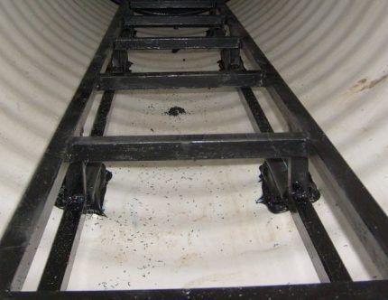 Лестница в пластиковом колодце
