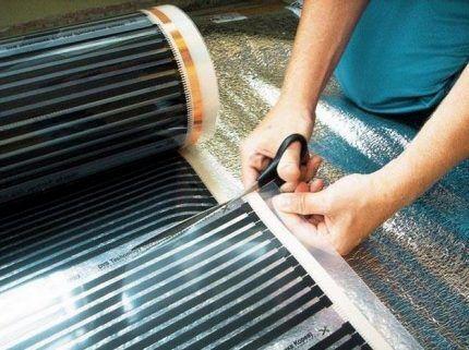 Раскрой инфракрасного теплого пола на полосы для укладки под линолеум
