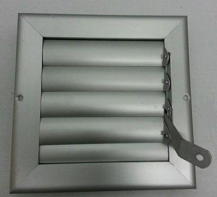 Готовым решением для вытяжной вентиляции, организованной с использованием пластикового короба, является размещение клапана в фасонном элементе – соединителе прямых каналов