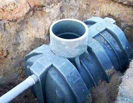 Устройство сливной ямы из пластиковой емкости
