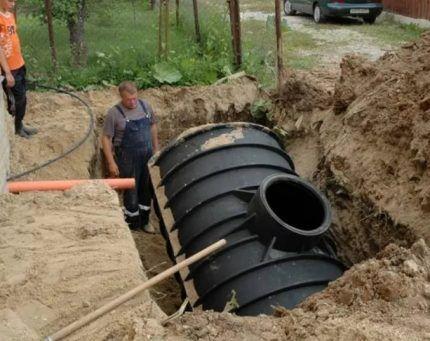 Выгребная яма из большой бочки