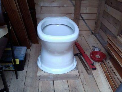 Укрепление пола уличного туалета
