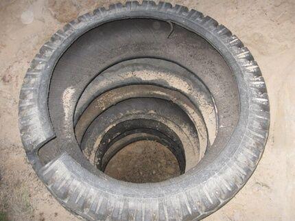 Стенка выложена отработанными автопокрышками