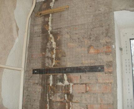 Трещины в стене жилого дома