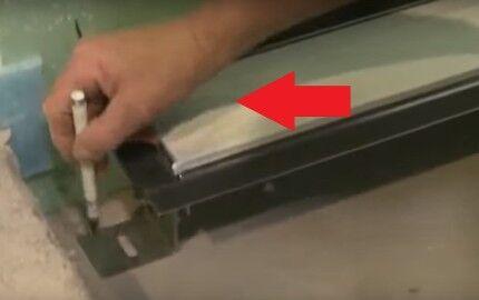 Закрытие решетки клейкой лентой
