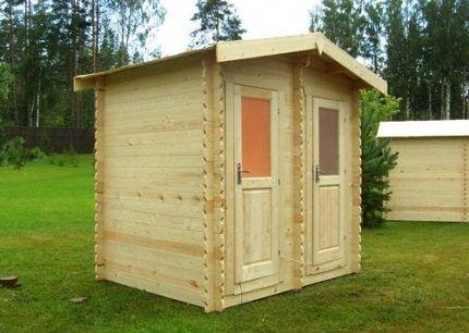 Деревянная постройка на даче