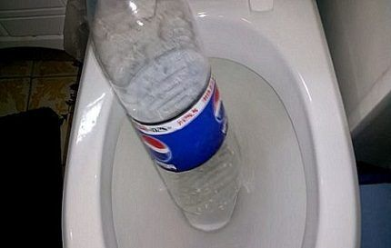 Чистка унитаза бутылкой
