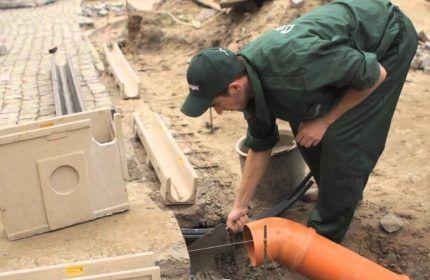 Линейный дренажный желоб на бетонном фундаменте