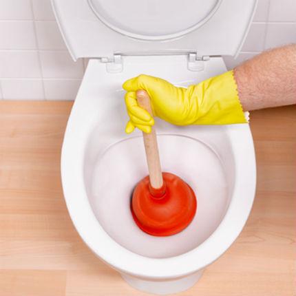 Как почистить унитаз от засора тросом