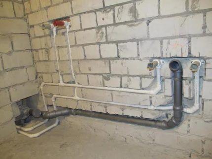 Маскировка канализационных труб с уклоном