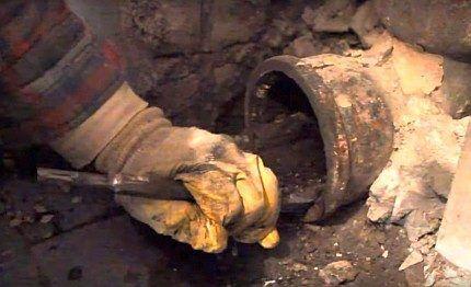 Удаление отложений в старой канализационной трубе