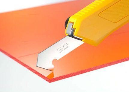 Нож поможет удалить гибкий слив