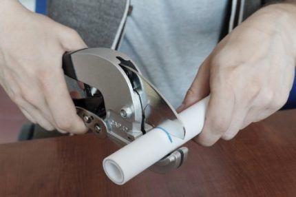 Резка пластиковой трубы ножницами