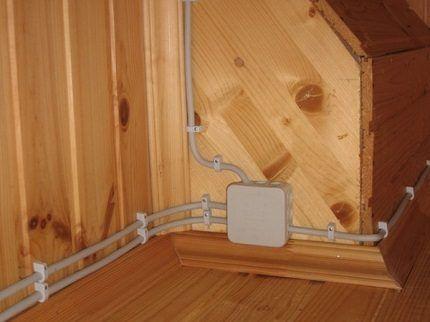 Кабели и коробка открытой проводки