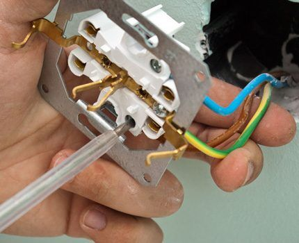 Закрепление провода в контакте