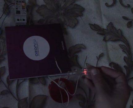 При соприкосновении с фазой лампочка загорается