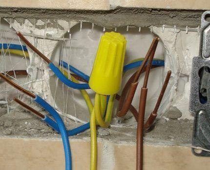 Соединение двух отрезков провода