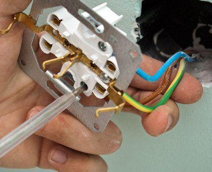Монтаж электрической розетки