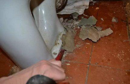 Сбивание цемента для демонтажа унитаза