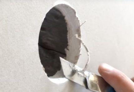Вырезать отверстие ножом