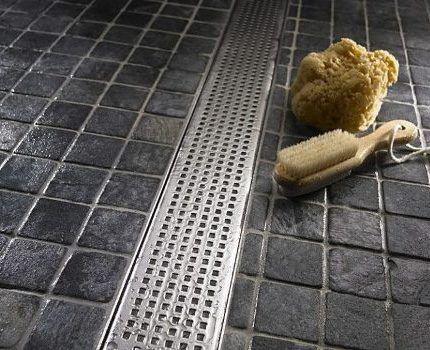 Декоративная планка на сливе в полу