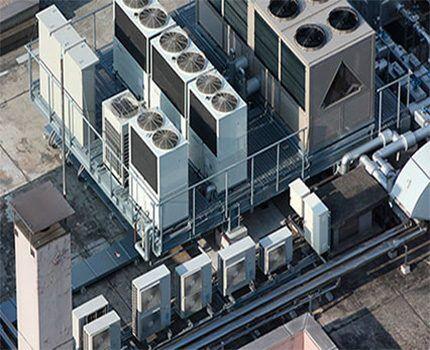 Вентиляционное оборудование на крыше здания