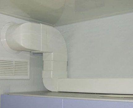 Белый пластик вентиляционного короба