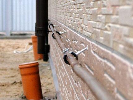Газовые трубы вдоль стены