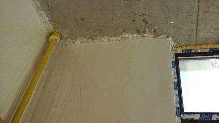 Газовая труба в стене