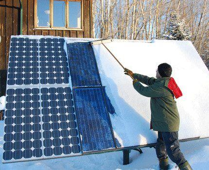 Очищение солнечного генератора от снега