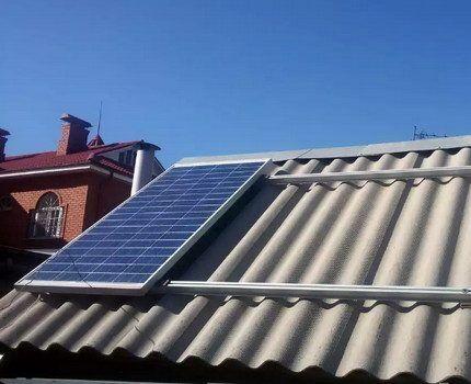 Солнечная батарея на шиферной крыше