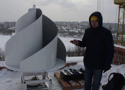 Вертикальный ветрогенератор на крыше многоквартирного дома