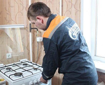 Проверка оборудования специалистом газовой службы