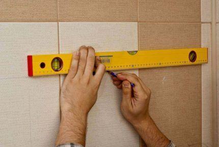 Разметка на стене с помощью уровня