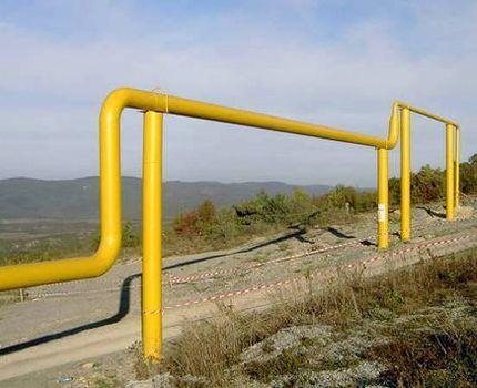 Газовая магистраль над дорогой
