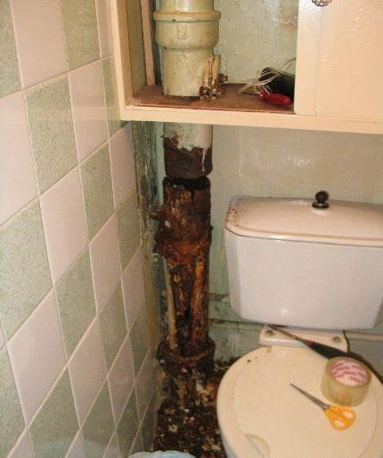 Старые трубы в туалете