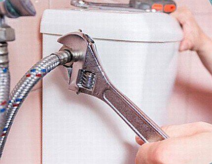 Подключение водопроводного шланга к бачку