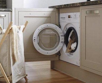 Загрузка вещей в стиральную машину
