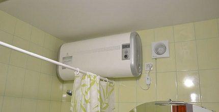 Горизонтальный электробойлер в ванной
