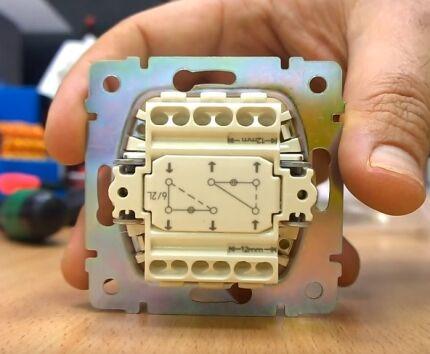 Задняя панель двухклавишного проходного переключателя
