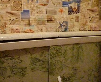 Щель между ванной и экраном