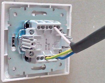 Подключение кабеля к выключателю