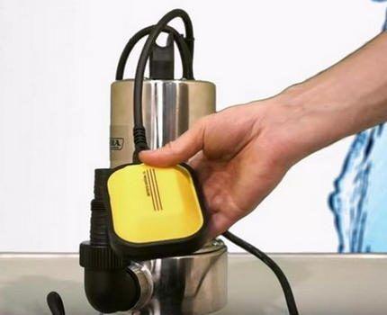 Поплавковый выключатель у насоса